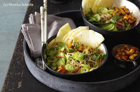 Für den Salat die Glasnudeln in heißem Wasser ca. 5 Minuten einweichen. Währenddessen die Gurke mit einem Gemüsehobel oder einem Messer in hauchdünne Scheiben hobeln bzw. schneiden. Ingwer schälen und fein reiben. Jungzwiebeln putzen und in hauchdünne...