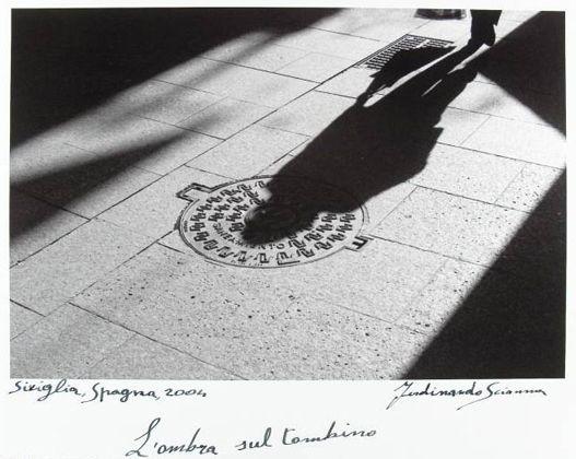 Ferdinando Scianna  Siviglia, Spagna, 2006: l'ombra sul tombino - Collezione - Fotografia Europea