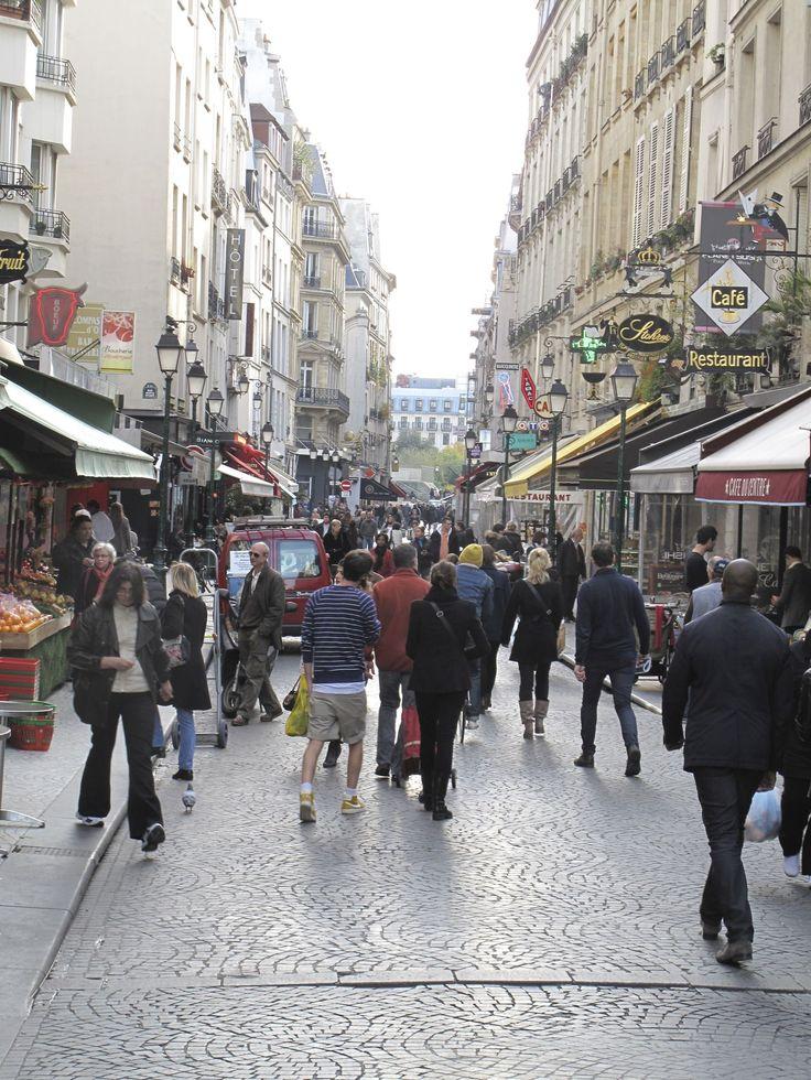 «Zones de rencontre», disparition de places de stationnement, liaison piétonne entre les bois de Vincennes et de Boulogne... Anne Hidalgo veut «favoriser la marche» au détriment de la voiture.