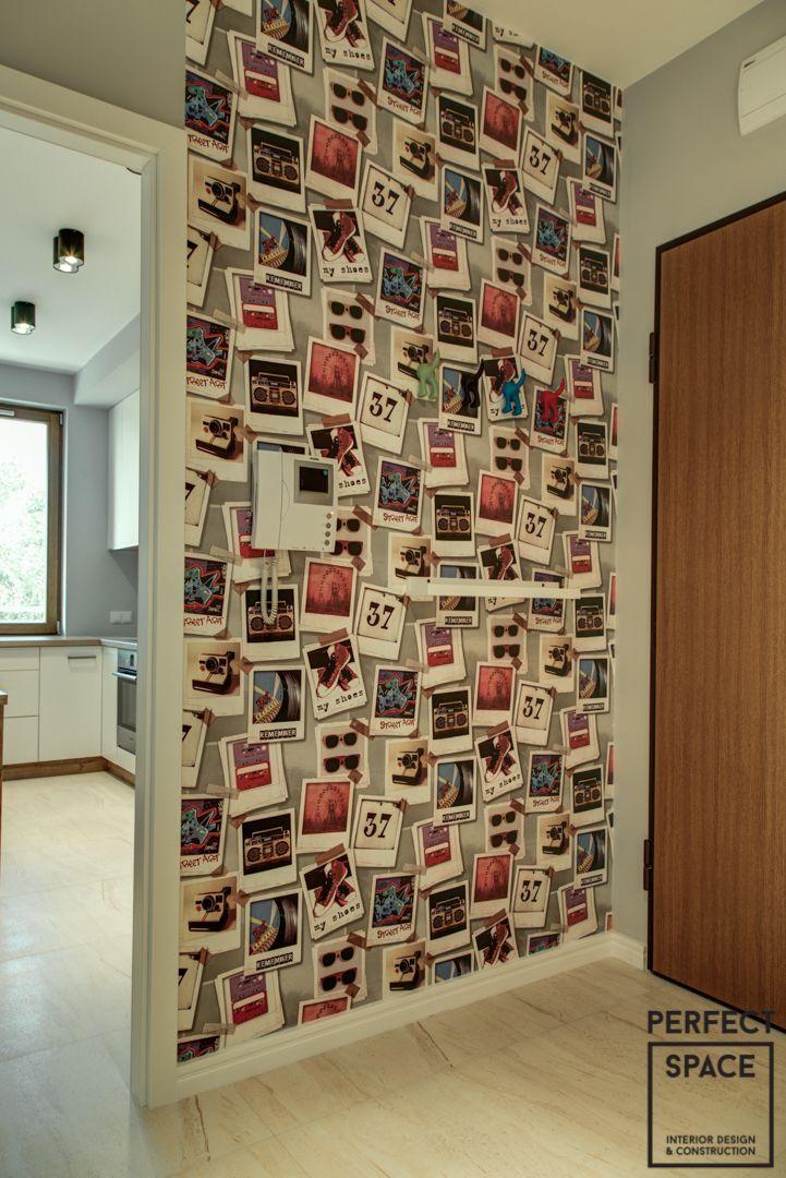 Żywe, ekspresywne, pełne pozytywnej energii! Takie właśnie jest to wnętrze. Stworzone dla pary sympatycznych właścicieli, myślących o rychłej opcji +1. Dlatego też znalazło się miejsce na oddzielny pokój do przyszłej aranżacji pod nowego członka rodziny. Biała cegła na ścianach, lampy Tom Dixon, krzesła tapicerowane DSW, czerwone akcenty w łazience czy tapeta z fotografiami w korytarzu – każdy element tego mieszkania żyje własnym życiem, ale tworzą jednocześnie jeden, spójny organizm.