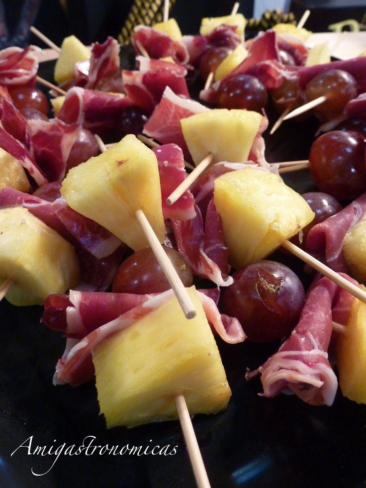 Aperitivo: Brocheta de jamón ibérico, piña y uva