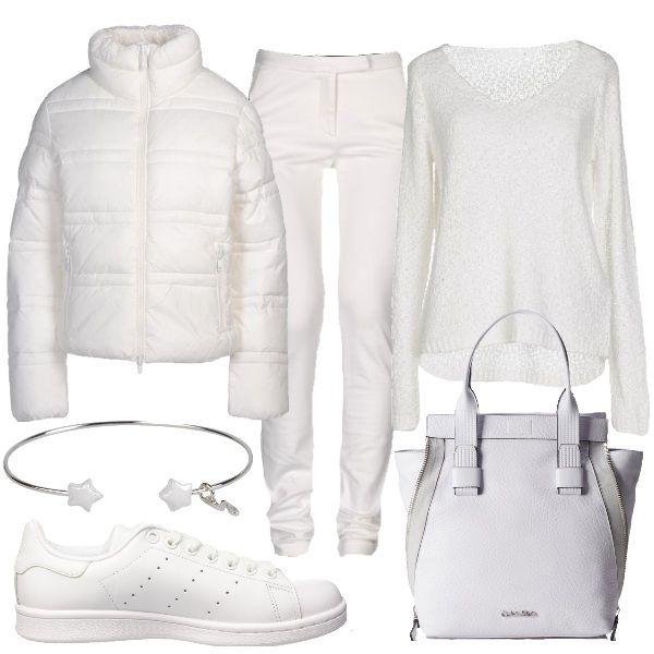 Outfit adatto per la vita di tutti i giorni composto da: piumino bianco imbottito, pantaloni bianchi in jersey, pullover lavorato a maglia, sneakers Adidas bianche, borsa a mano bianca e bracciale rigido con stelline.