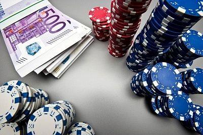 Nicht umsonst gibt es Profis, die mit dem Online Poker langfristig Geld verdienen können. Um dies auch als Anfänger irgendwann zu erreichen, ist es in erster Linie wichtig, sich mit den Regeln vertraut zu machen und sich einen seriösen Anbieter auszusuchen, bei dem Online Poker gespielt werden kann.  Mit diesen Tipps klappts auch mit dem Gewinn beim nächsten Pokerspiel