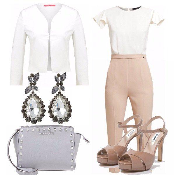 Jumpsuit rosa antico e bianco, giacca aperta bianca, sandali aperti con il tacco in vernice di colore rosa antico, borsa grigio chiaro con pietre e orecchini pendenti grigi.