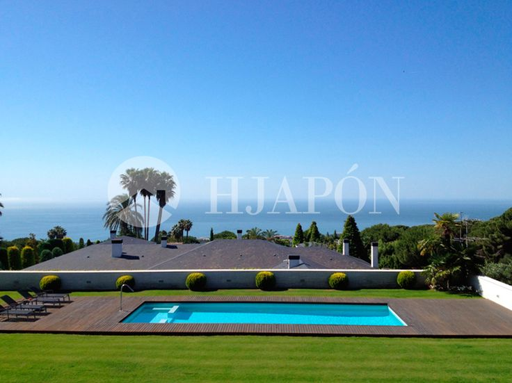 Luxury villa in totally flat plot with great views to the sea and very close to Barcelona city.