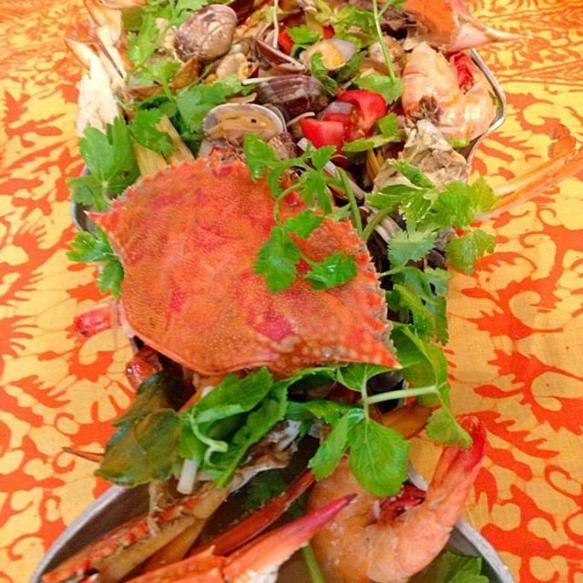 小田原オフ会 鹿シェフ作のメインディッシュ  渡り蟹、マゴチ、金目鯛、海老、浅利をトムヤムのスープで煮込み、タイ風ブイヤベースに✨  贅沢な食材だけに素晴らしいスープの味でした病み付きになりそう  鹿ちゃんありがとう✨ そしてメンバーのみなさん、ありがとうございました✨ - 90件のもぐもぐ - トムヤム・ブイヤベース by ucoparche