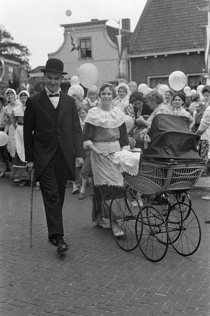 Feest in Zwammerdam t.g.v. 1000-jarig bestaan, de schoolmeester aan de wandel met zijn jongste spruit 8 juni 1960