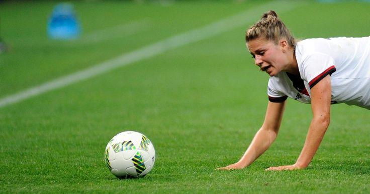 Kurz am Boden, aber gerade noch so gerettet: Die Fußball-Frauen haben sich im zweiten Vorrundenspiel ein 2:2 gegen Australien erkämpft