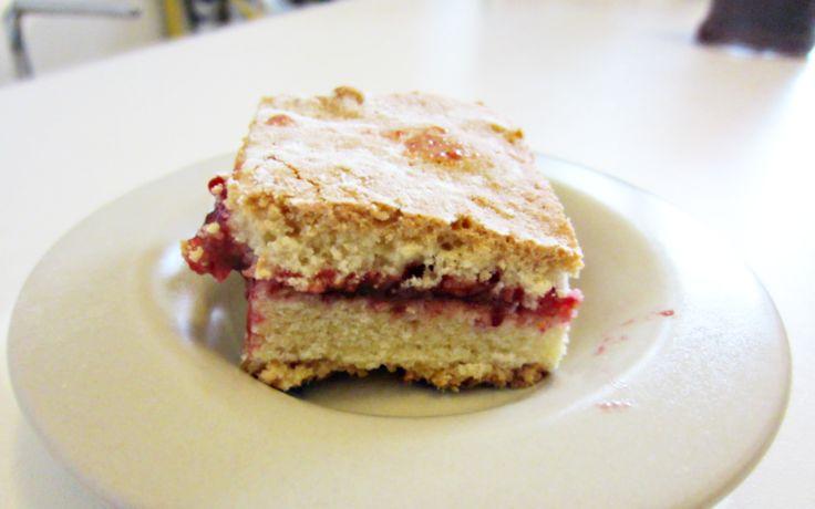 Strawberry blueberry cake: so sweet, so simple - http://easyitaliancuisine.com/recipe/strawberry-blueberry-cake/