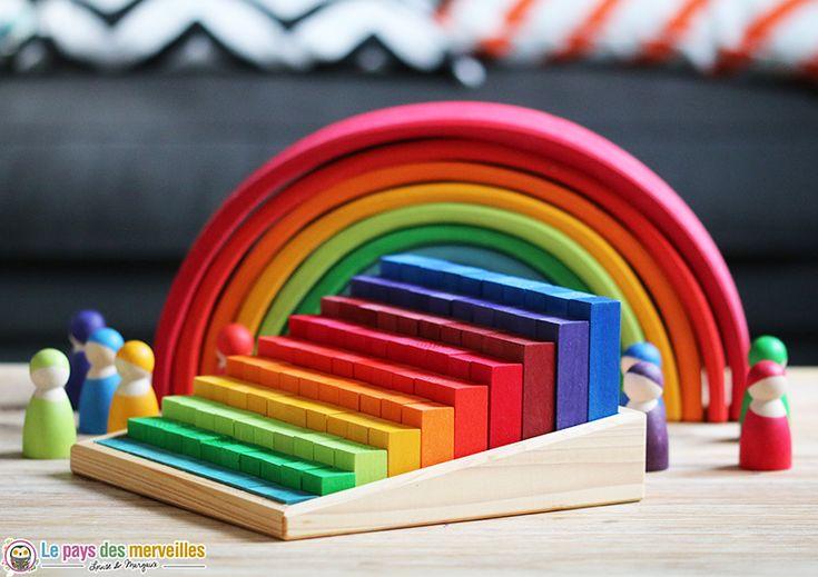 Cet escalier à compter en bois comprend 100 cubes. Ce jeu d'inspiration Montessori & Waldorf, permet de multiples activités : tri, classement, construction,