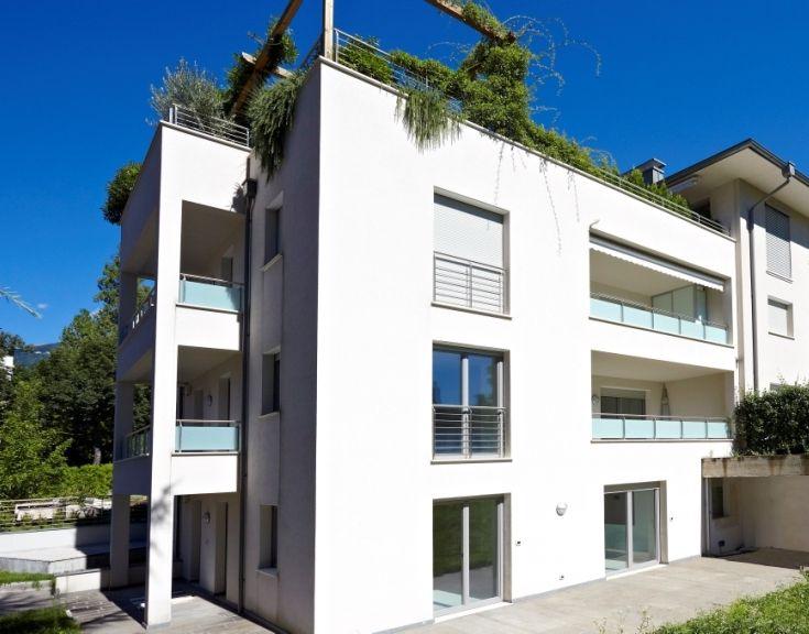 Condominio alto livello con soluzione di sistema ALPIisocass (tapparelle con cassonetto isolato) e ALPIraffcass (Raffstore) e finestre A30 in legno.