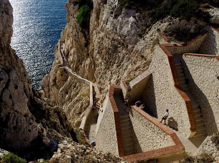 Una grotta scavata dalla Natura nelle profondità del sottosuolo, la leggenda narra fosse la casa del possente Dio del Mare, Nettuno.