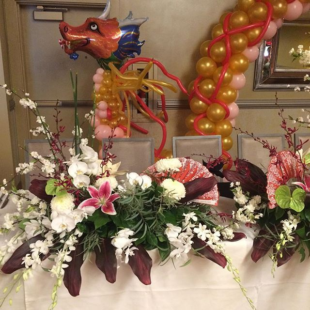 【syvflorist】さんのInstagramをピンしています。 《Happy Birthday!! More Chinese decor for the celebration!  #dragon #balloons #orchids #cherryblossoms #fans #syvflorist #wemakemagic #haventslept》