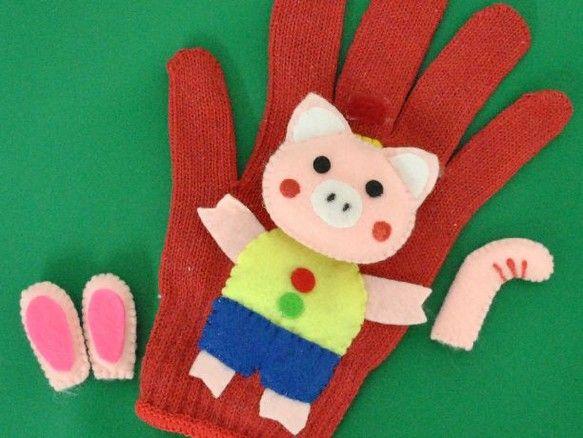 「ブタくん街道を行く」の手遊びセット(手袋シアター)を作成しました。手袋の裏側は、マジックテープで『うさぎさんの耳』『ゾウさんの鼻』をくっけておけます。子どもたちと一緒に『ぶたがみちを(ブーブー)・・・ウサギになっちゃったウソウソ・・・ ♪』と元気よく唄ってみませんか使い方は 『・・・みみがのびて♪』でリズムに合わせて手袋の後ろから ウサギさんのみみを出し、ブタくんのみみにくっけます (マジックテープになってます) 『・・・くびがのびて♪』ブタくんの顔をはずし (マジックテープになってます) リズムに合わせて上へずらしていくとキリンさんの首になります。 (マジックテープで留める) 『・・・はながのびて♪』でリズムに合わせて手袋の後ろから ゾウさんのはなを出し、ブタくんのはなにくっけます (マジックテープになってます) 時々、のびる順序をかえたり、間違ったりすると 子供たちは、大喜びしますヨ♪色々、子供達が興味をもつようにアレンジ、工夫してお使いください。お子様の想像力の強化や贈り物としてもオススメの一品です。知育おもちゃのRimiはお子さまの健やかな成長を応援します