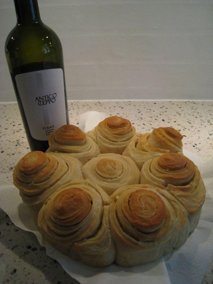 Her kan I se hvad den står på, når vi skal hygge.......   Rødvin... og så et super lækkert hvidløgsbrød...I sku´ prøve at bage ! Her er ...