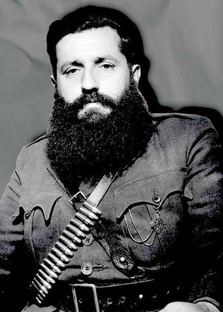Άρης Βελουχιώτης  Θανάσης Κλάρας  1905 - 1945. Καπετάνιος και ηγετικό στέλεχος του ΕΛΑΣ, ηγετική, αλλά και αμφιλεγόμενη μορφή της Εθνικής Αντίστασης, από εύπορη οικογένεια της Λαμίας. Σπούδασε γεωπόνος
