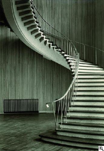 """Karl Hugo Schmölz: """"Funkhaus. Erdgeschossfoyer mit Treppe zum Obergeschossfoyer"""" aus unserer Rubrik: Fotografie"""
