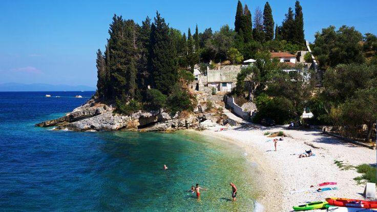 Paxos est constellée de petites plages de galets blancs lovées au creux des oliviers et baignées d'une eau cristalline.