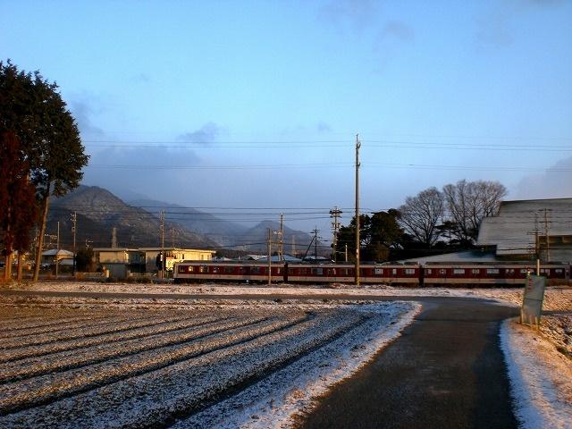 菰野町西菰野地区 残雪 と近鉄電車 平成25年2月25日早朝撮影