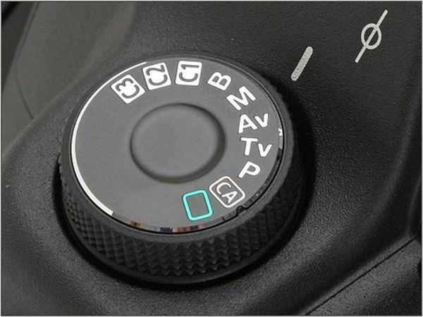 Si cuentas con una cámara puente o réflex seguramente has vistouna ruedita en la parte de arriba de tu cámara llamado dial que tiene símbolos y letras. Estos símbolos representan los modos de escena, que son configuraciones preestablecidas para diferentes condiciones de luz o diferentes tipos de f