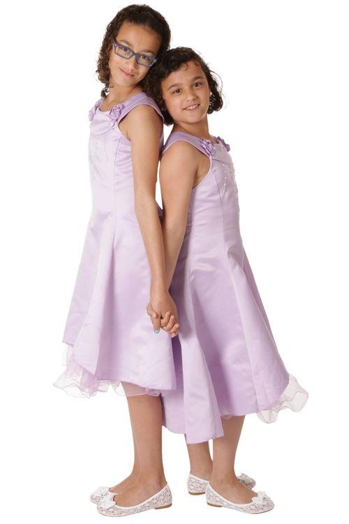Gladde lila jurk met bloemetjes en kraaltjes, aan de onderzijde komt organza onder de rok uit. Aan de zijkant zit een rits. De achterkant kan met een koord aangestrikt worden.Hier gecombineerd met witte ballerina met kant. Productsamenstelling: 65% polyester 35% viscose €29,95
