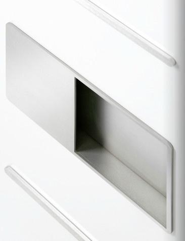 Charakteristisch für sämtliche Haustüren: Der Griff ist formal wie stilistisch auf die Gestaltung des jeweiligen Modells abgestimmt und bereits direkt in die Haustürfüllung integriert. Eine harmonische Einheit bilden beispielsweise geometrische Glasausschnitte, filigrane Edelstahl-Lisenen und aufliegende Designgriffe oder Griffstangen.