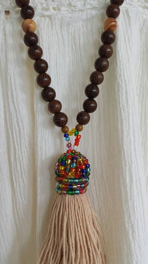 Retrouvez cet article dans ma boutique Etsy https://www.etsy.com/fr/listing/536971985/collier-sautoir-boheme-perle-bois-pompon