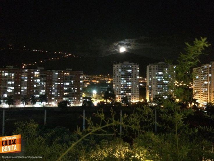 Que hermosa foto de la luna en Bucaramanga nos envía Alejandra Villamizar @alejav2209 gracias Alejandra por compartirla.