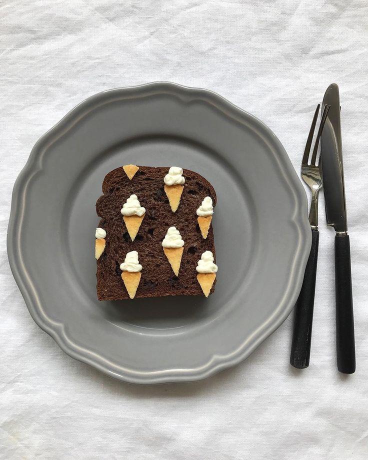 - おはよう木曜#ソフトクリーム柄 - 初めてのチョコパントースト。 パンの色が変わるだけで新鮮! いってらー。 - サワークリーム・ハーベストクッキー使用 #柄トースト#ソフトクリーム#アイスクリーム#トースト#トーストアート#アレンジトースト#あさごはん#あさごパン#食パン#おうちカフェ#朝カフェ#おうちごはん#フードコーディネーター#フードスタイリング# #food#instafood#japan#japanesefood#instapic#instapost#instaphoto#breakfast#bread#toastart#icecream