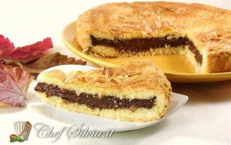 Torta del nonno******per la pasta frolla-- 200 gr di farina 00-- 1 bustina di vanillina-- 1 uovo-- 100 gr di zucchero-- ½ bustina di lievito per dolci-- 100 gr di burro-- per la crema pasticcera al cioccolato-- 300 ml di latte-- 2 tuorli-- 30 gr di farina-- 60 gr di zucchero-- la scorza di 1 limone (o 1 baccello di vaniglia)-- 90 gr di cioccolato fondente-- 2 cucchiai di cioccolato in polvere----------------------------La lavorazione della pasta frolla può essere fatta con macchina…
