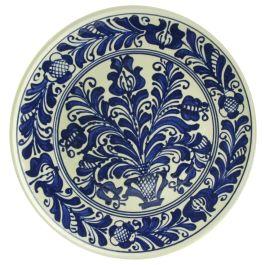 Pictata intr-o nuanta de albastru cobalt cu imagini florale, aceasta farfurie a luat nastere din maiestria si pasiunea pentru meserie a mesterilor populari din inima Transilvaniei.Lucrata manual si realizata din ceramica glazurata, farfuria poarta incrustata traditia secuiasca impletita cu cea romaneasca, devenind astfel un suvenir original si autentic.(ceramic plate of Corund)