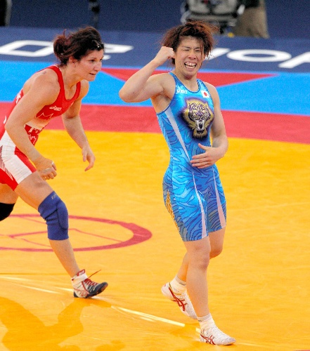写真:女子55キロ級決勝でバービーク(左)を破り、五輪3連覇を達成した吉田沙保里=林敏行撮影