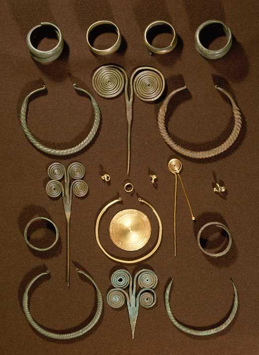 Bronze Age. Depotfund fra Vejle-egnen. Fundet består bl.a. af snoede halsringe, armringe og nåle.