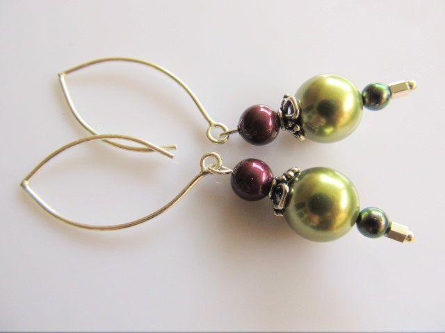 Oorbellen Gerlinde swarovski parels in groen-blackberry en iredescent purple met lange oorhaak. geheel zilver.