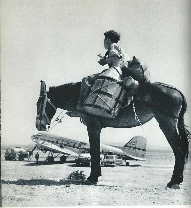 Bernard Flament photo de l'aérodrome de Héraklion dans les années 50.  Αξίζει αυτή η φωτογραφία με την επιγραφή στο αεροπλάνο <ΤΑΕ>