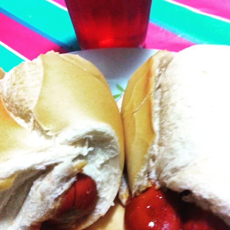 Sexta bem paulista!            Groselha+hotdog no pão frances+molho= coisas simples são boas demais #babicooking  #fingerfilms #iamhappywithChrist
