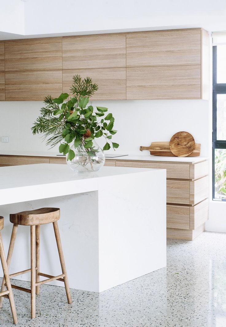 Jei grindys nėra medinės, o likęs koloritas baltas – tiek medžio rašto tikrai ne per daug.