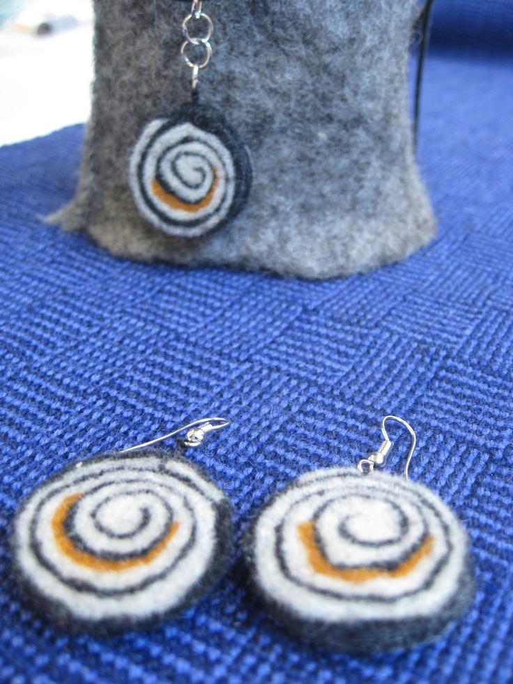Felted earrings and necklace.  Tovade örhängen och halsband.