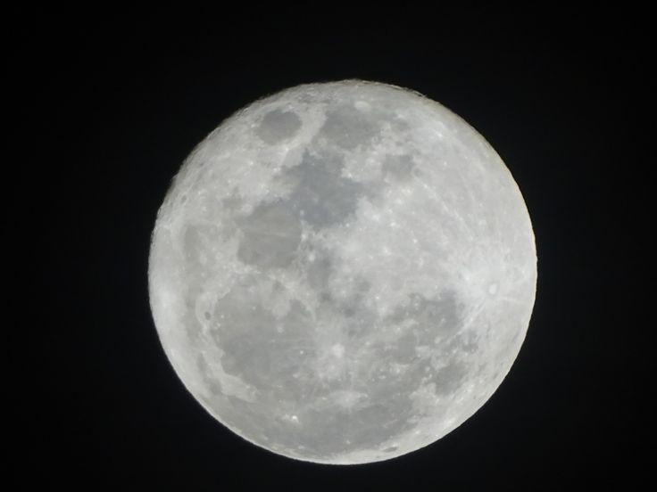 ¿Sabes qué? Esta noche, asomado a la ventana veo la luna como si fuera el ojo de una cerradura . ¿Y sabes qué? Me empino en la punta de los pies con la ilusión de pegar mi ojo a la luna y a través de esa cerradura contemplarte dormida en tu alcoba del espacio.  JAIRO ANIBAL NIÑO