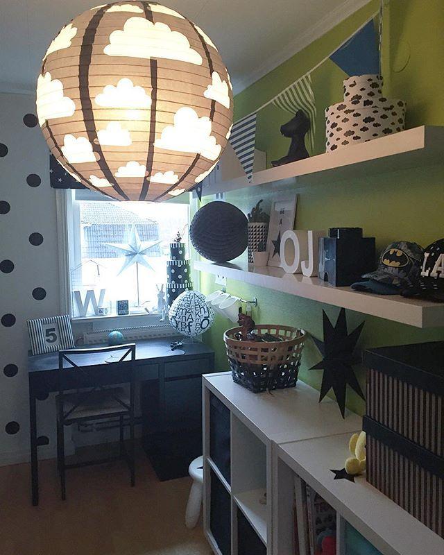 Två hyllor som stått och skräpat kom upp på Nikolajs rum  perfekt nu efter jul då det kommit till en & annan pryl ... #pojkrum#barnrum#barnrumsinspo#svartvitt#inspoforkiddos#kidsperation#ikea#finabarnsaker