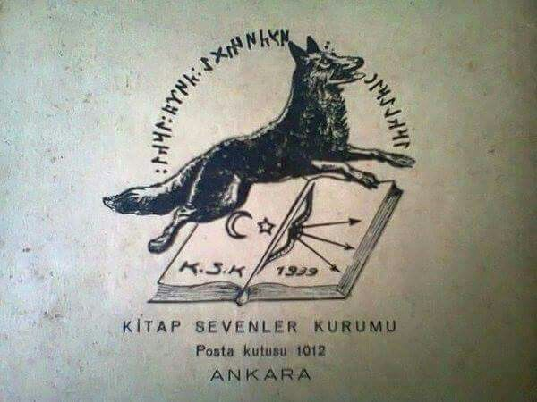 """1939 yılı, Kitap Sevenler Kurumu logosu Göktürk harfleriyle, """"Irkların üstünde Türk ırkı!"""" yazılı..."""