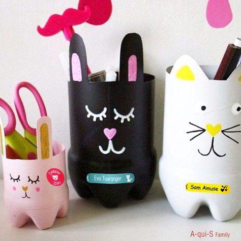 Aujourd'hui c'est atelier customisation : des pots à crayons personnalisés. Il vous faut : des bouteilles de la peinture des stylos (blanc, jaune, rose, doré… à vous de choisir). une paire de ciseaux Tracer les oreilles des animaux à mi-hauteur de la bouteille. Couper la bouteille en suivant le tracé....