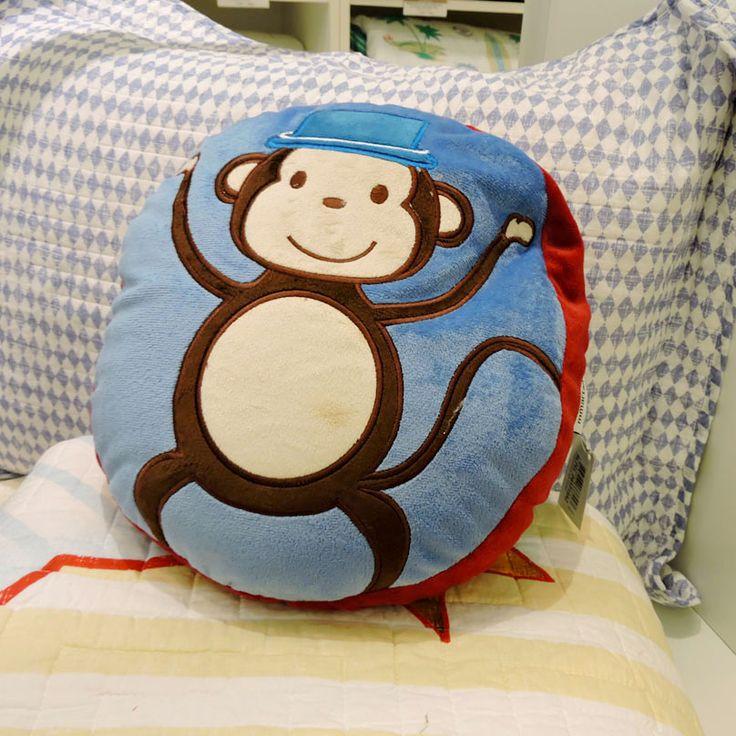 Almofada com macaco bordado, com fundo azul e vermelho. Perfeito para colocar no berço do bebê! Complete seu enxoval com esta almofada da Mmartan do Shopping São José, o contato é (41) 3058-0228.