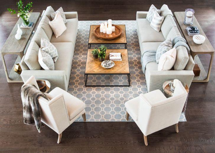 Stolik kawowy jest ważnym elementem wystroju salonu, który sprawia, że sofa z fotelami staje się wydzielonym miejscem do relaksu. Standardowe rozwiązanie to oczywiście niski drewniany stół o klasycznym wymiarze 120 na 80 cm, który pomieści filiżanki, magazyny do czytania i piloty do telewizora. Ale można też postawić na fantazyjność i dekoracyjność, wybierając stolik, który sam w sobie jest ozdobą pokoju…