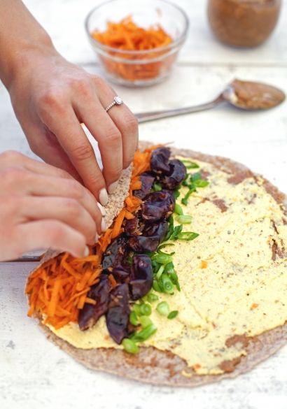 wrap végétarien  1 pain plat aux grains germés ou une tortilla souple 2 c. à soupe de beurre d'amande 3 c. à soupe de tartinade de tofu 1 branche d'échalote verte, ciselée 5 dattes de Bam, dénoyautées et coupées en deux 3/4 de tasse de carottes, râpées