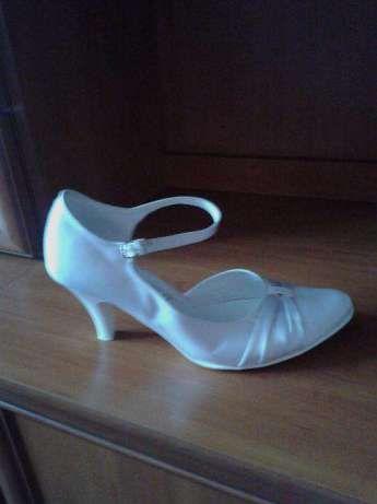 80 zł: sprzedam piękne i wygodne buty ślubne, rozmiar 38, białe, satynowe,  wysokość obcasa 6 cm. założone tylko raz w dniu ślubu, bardzo wygodne, przetańczyłam w nich całą noc, praktycznie nie zniszczone, w...