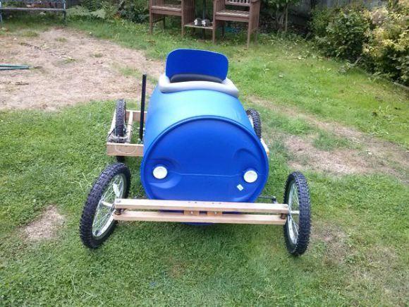 Cómo hacer un coche de carreras con un barril de plástico1