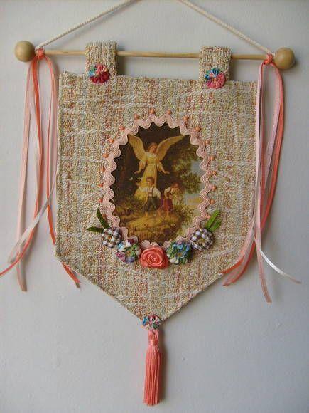Estandarte Anjo da guarda <br>Feito em tecido com fitas, flores de tecido , pedrinhas <br>Temos vários modelos <br>Podemos fazer com outros motivos religiosos <br>Feito sob encomenda <br>Produto artesanal sujeito á variações <br>Consulte - nos