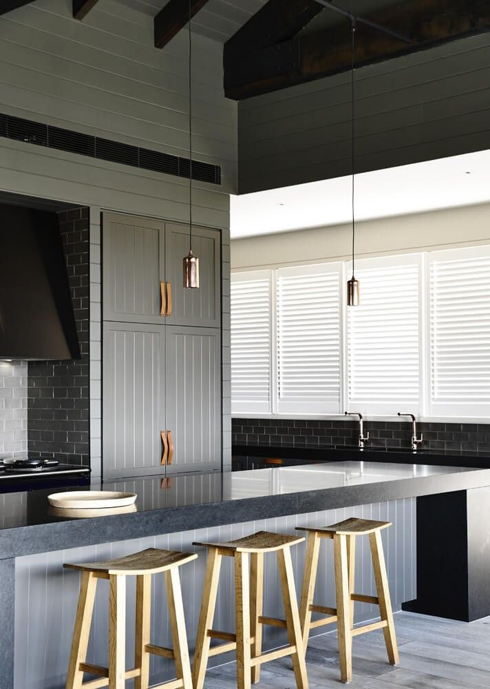 Die Küche ist von dieser Insel massive schwarze Tafel, gekrönt mit reichlich Platz für in Restaurants Küche definiert. Die eleganten Minimalismus wird durch graue u-Bahn Fliese Wände gepuffert.