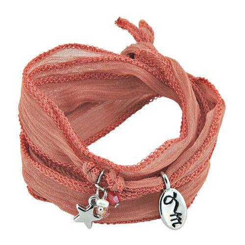 Imago ID Webshop loves deze 100% zijde Rakhi armband 'Cayenne' uit de Flow Collection by Jozemiek. De armband is mooi afgebiesd en voorzien van een zilver sterretje, facet kraaltjes en het Jozemiek bedel. De armband is helemaal on trend met zijn roodachtige kleur en menig blogger loopt er mee weg. Doe jezelf een plezier en trakteer jezelf, je moeder of een vriendin op zo'n betaalbare Rakhi armband 'Cayenne' uit de Flow Collection. Het is een gebaar afkomstig recht uit jouw hart.
